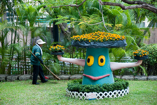 Plant tree and gardener in Kowloon Park